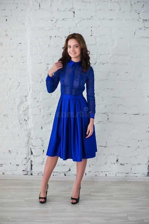 Kvinna som poserar i blå aftonklänning fotografering för bildbyråer
