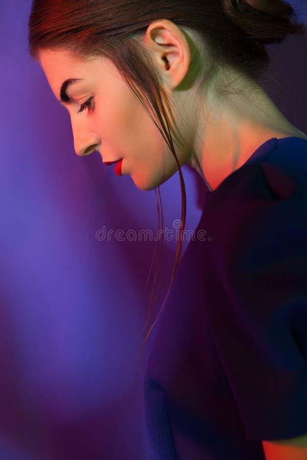 Kvinna som poserar i blåttklänning arkivfoton
