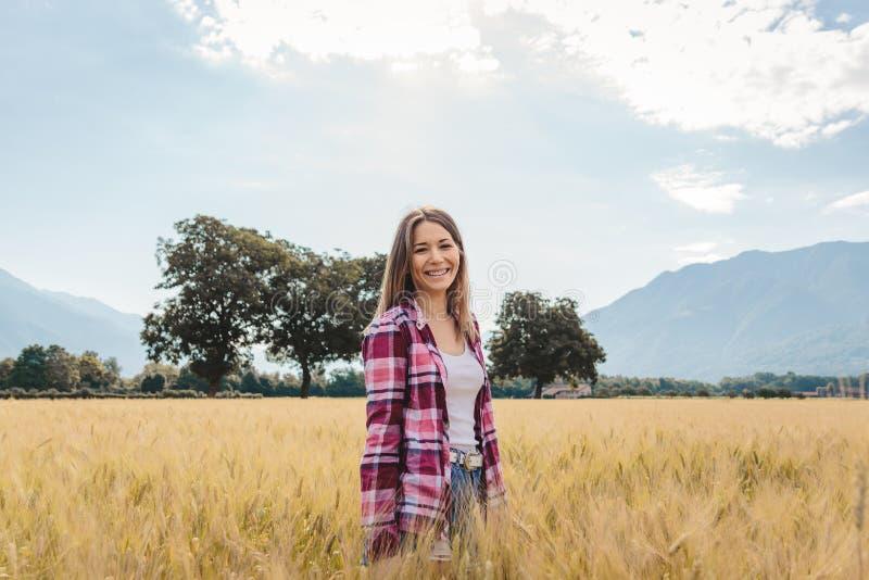 Kvinna som poserar i ett sparat vete fotografering för bildbyråer