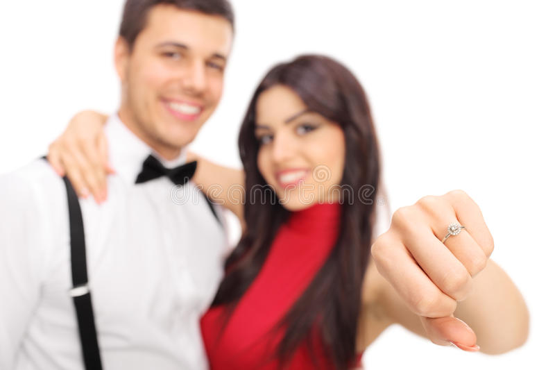 Kvinna som poserar med hennes fiancée och visar en cirkel arkivfoton