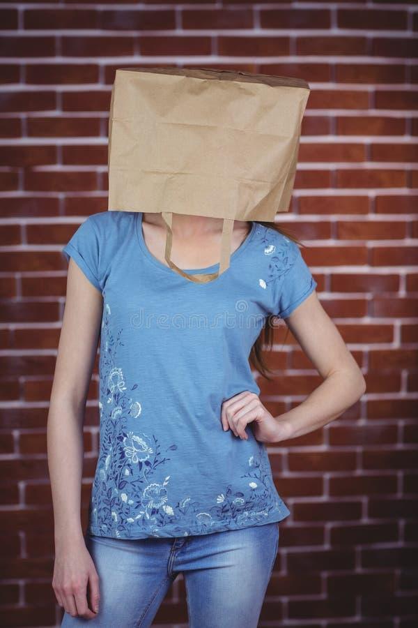 Kvinna som poserar med påsen på huvudet royaltyfri foto