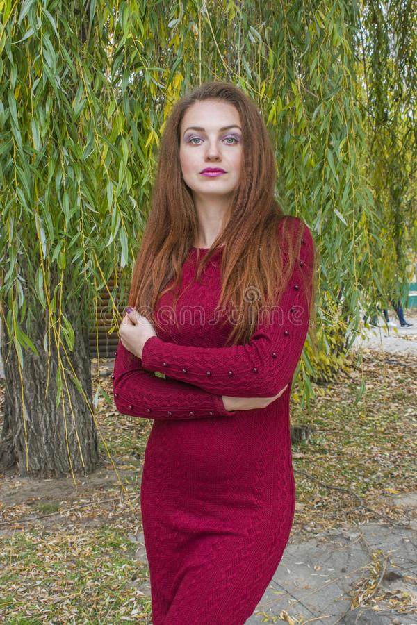 Kvinna som poserar och ser härligt se fotografering för bildbyråer