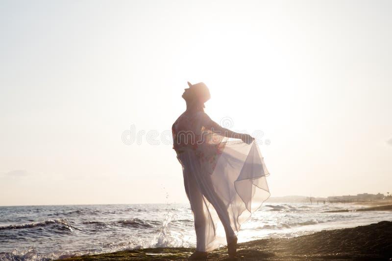 Kvinna som poserar på solnedgången arkivbild