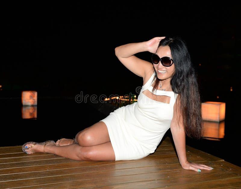 Kvinna som poserar på trägolv fotografering för bildbyråer