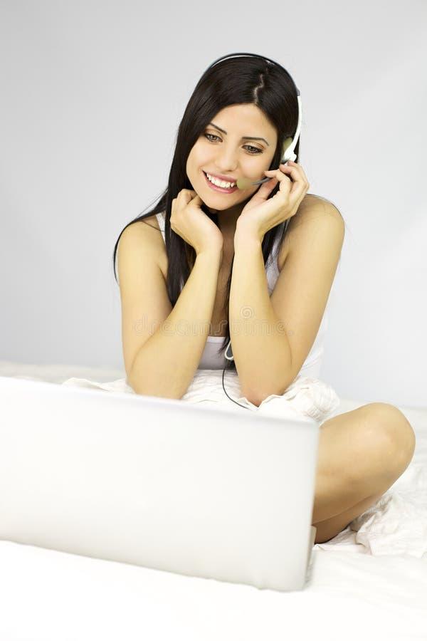 Kvinna som pratar med pojkvännen på det netto fotografering för bildbyråer