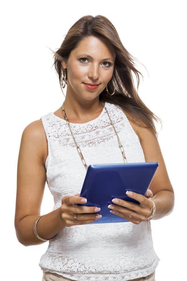 Kvinna som pratar på en mobil, medan läsa en minnestavla arkivbild
