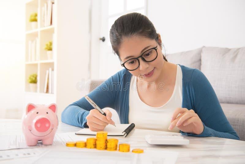 Kvinna som räknar hennes besparingar av pengartornet fotografering för bildbyråer