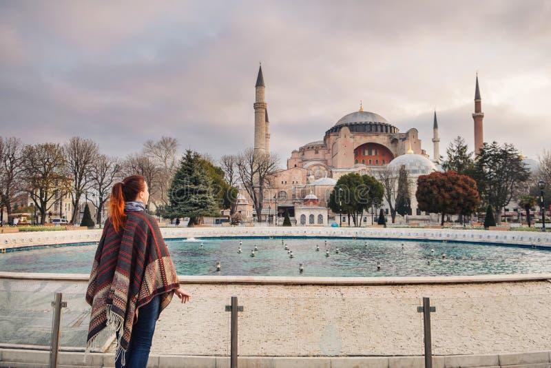 Kvinna som reser i Istanbul nära den Aya Sofia moskén, Turkiet arkivbilder