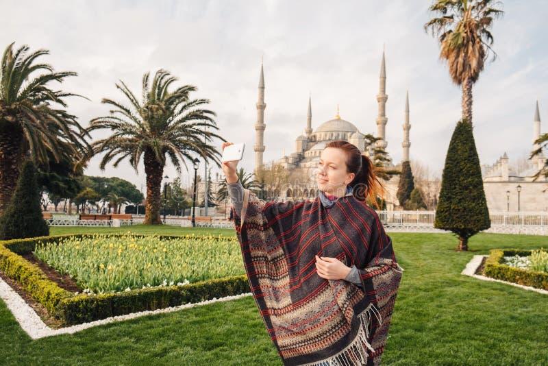 Kvinna som reser i Istanbul nära den Aya Sofia moskén, Turkiet arkivfoton