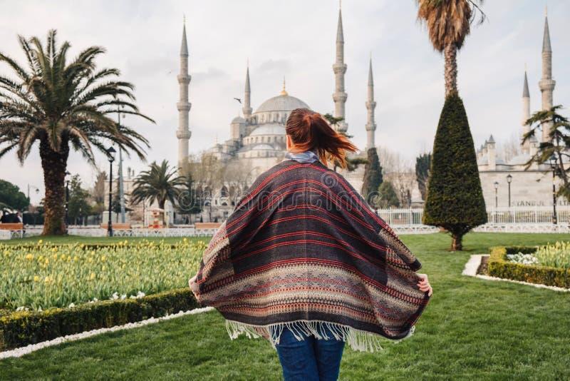 Kvinna som reser i Istanbul nära den Aya Sofia moskén, Turkiet royaltyfri foto