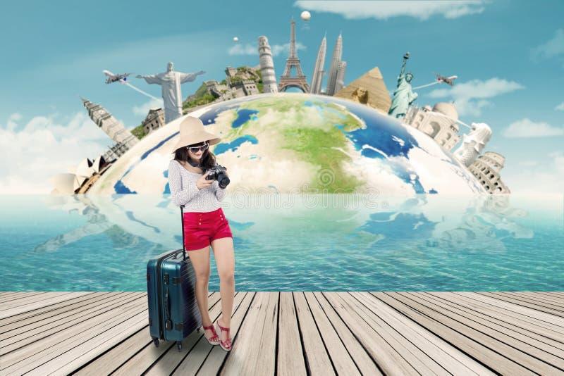 Kvinna som reser till världsmonumenten arkivbild