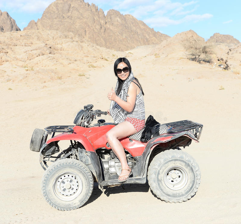Kvinna som rider en kvadratcykel arkivbilder
