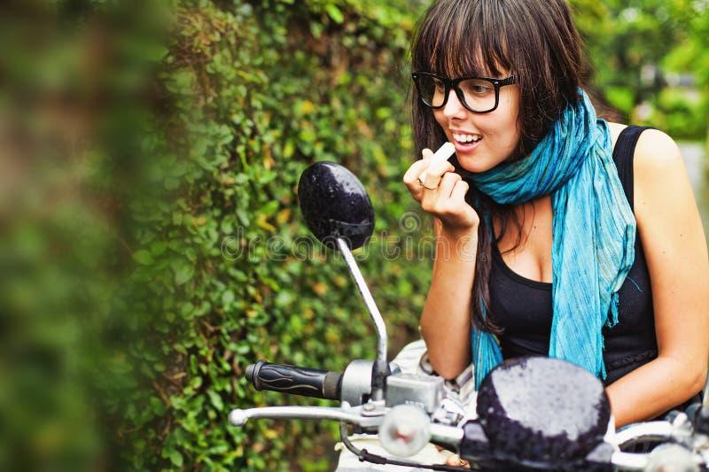 Kvinna som rider en moped fotografering för bildbyråer