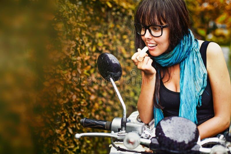 Kvinna som rider en moped royaltyfri fotografi