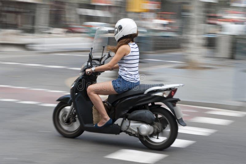 Kvinna som rider en motorcykel arkivfoton
