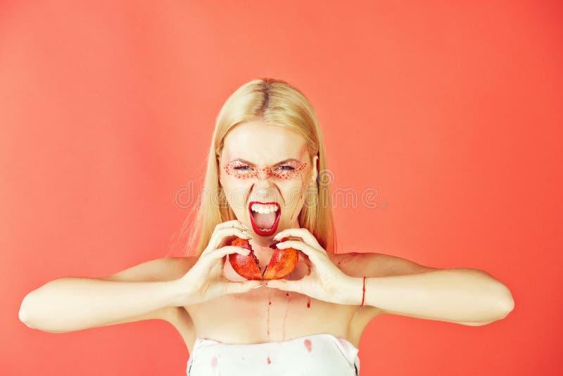 Kvinna som ropar med den idérika trendiga makeuphållgranatäpplet, vitamin royaltyfri fotografi