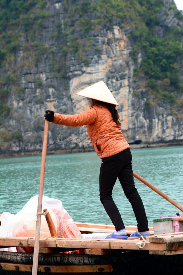 Kvinna som ror ett touristic fartyg lång fjärd ha vietnam arkivbild