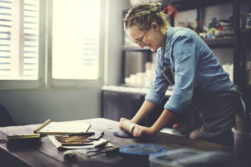 Kvinna som rullar Clay Craftsman Skill Concept arkivfoto