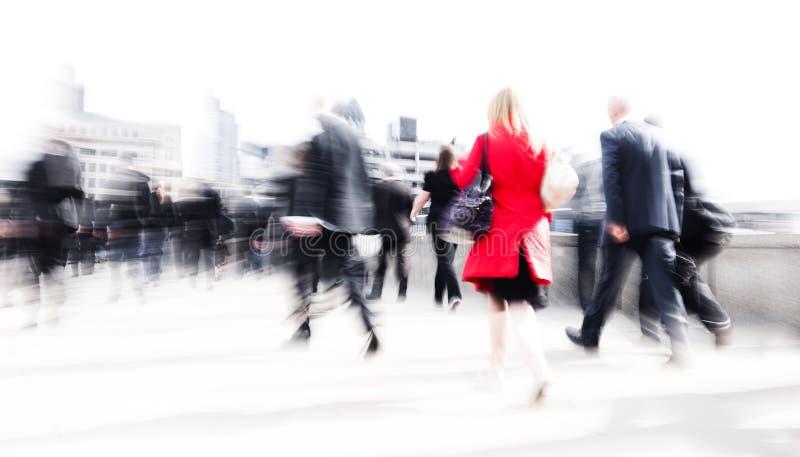 Kvinna som rusar i en stad royaltyfri foto