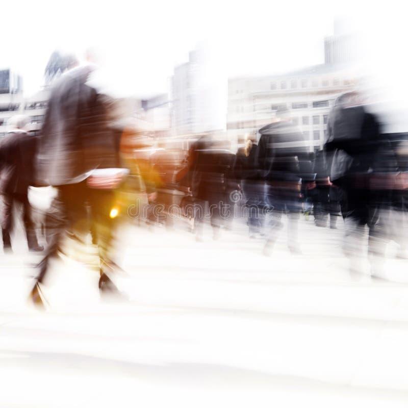 Kvinna som rusar i en stad som går folkfolkmassabegrepp royaltyfri foto