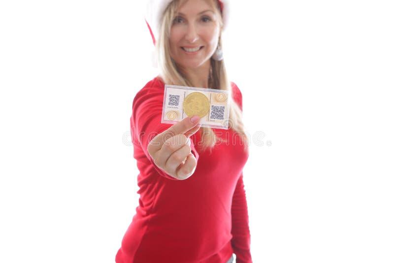 Kvinna som rymmer crypto mynt och den pappers- plånboken royaltyfri foto