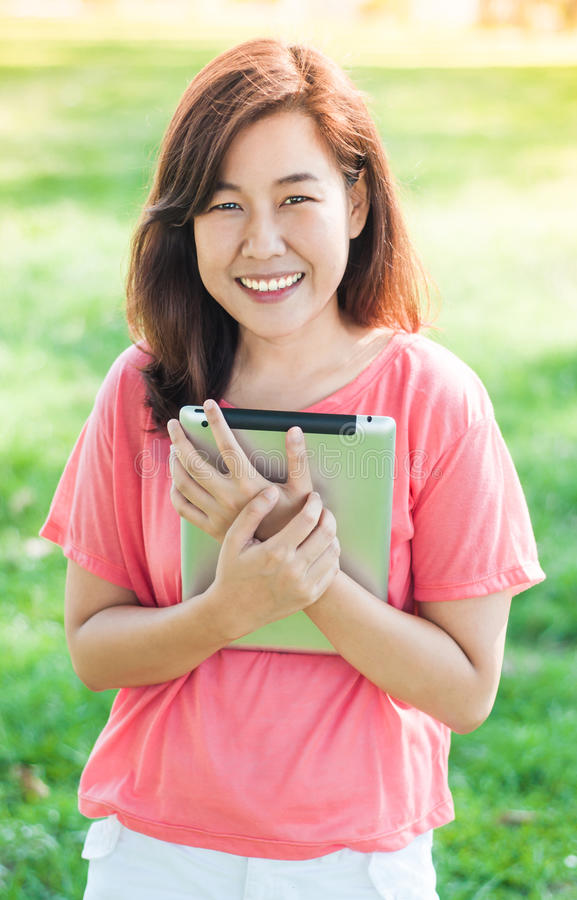 Kvinna som rymmer den Digital minnestavlan arkivfoto