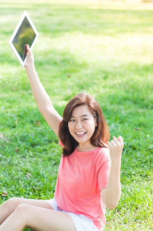 Kvinna som rymmer den Digital minnestavlan royaltyfri bild