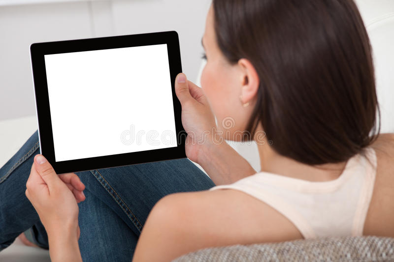Kvinna som rymmer den digitala minnestavlan med den tomma skärmen arkivbild