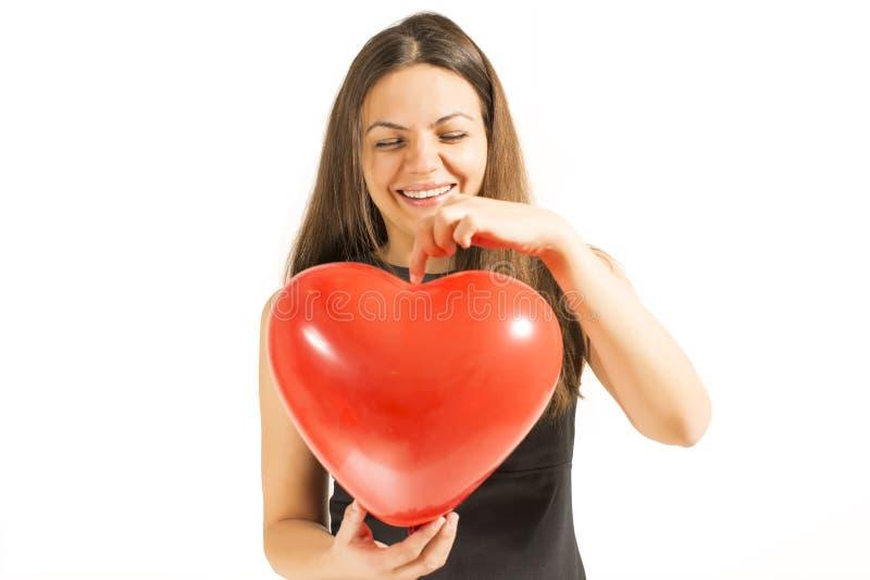 Kvinna som rymmer den röda hjärtaballongen fotografering för bildbyråer