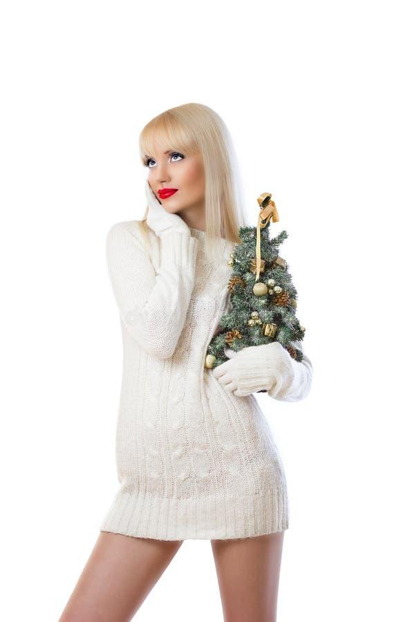 Kvinna som rymmer den små jultreen arkivbilder