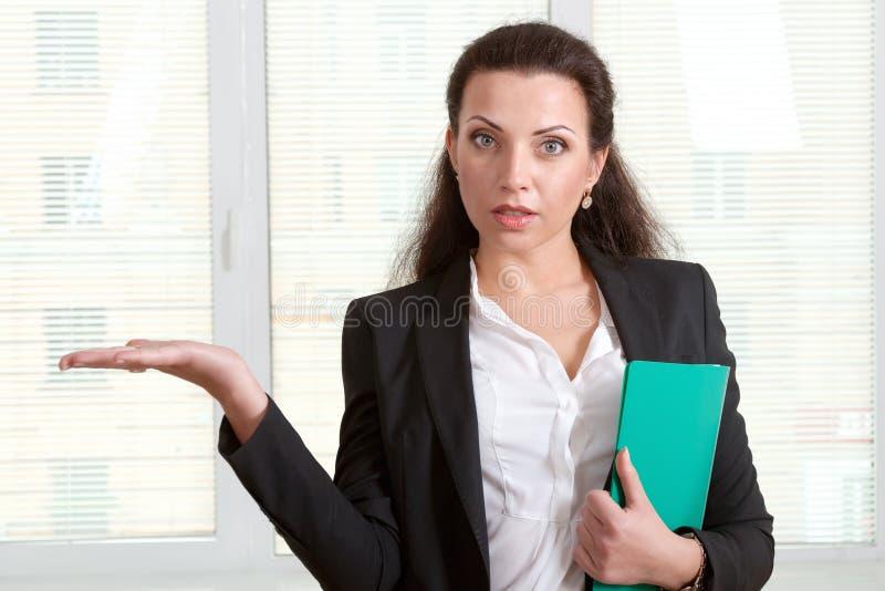 Kvinna som rymmer den tomma handen som innehav något arkivfoto