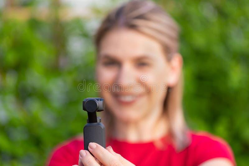 Kvinna som rymmer DJI Osmo Camera arkivfoto