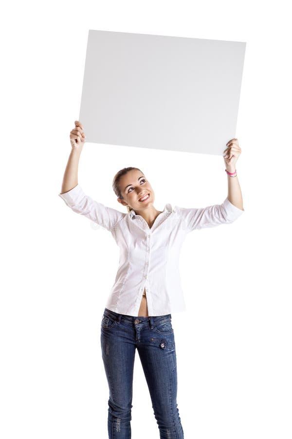 Kvinna som rymmer en affischtavla royaltyfria bilder