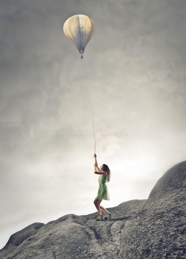 Kvinna som rymmer en baloon royaltyfri fotografi