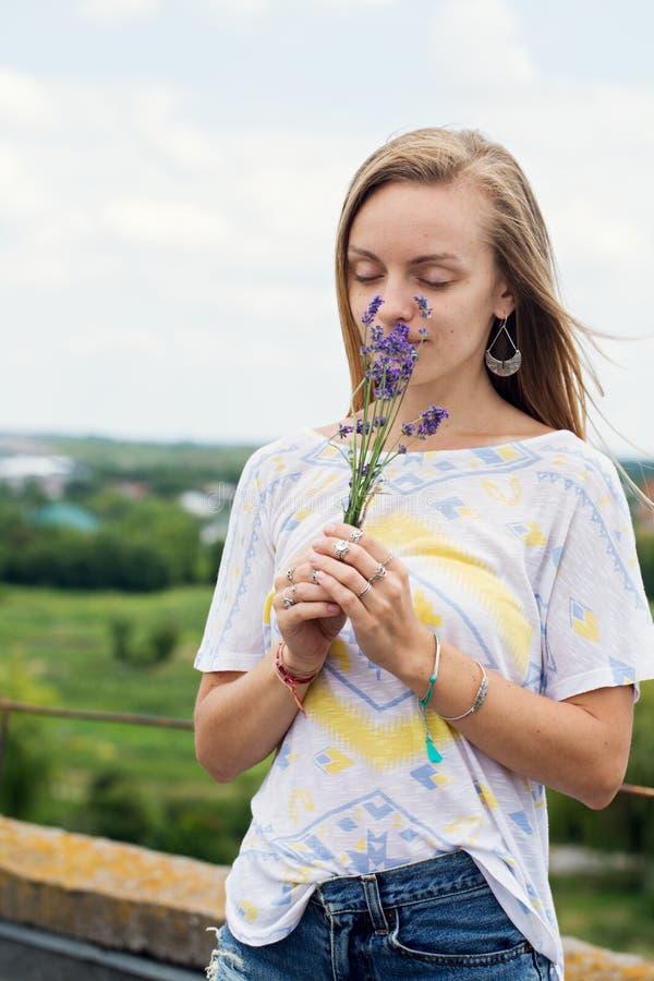 Kvinna som rymmer en bukett av lavendel royaltyfri fotografi