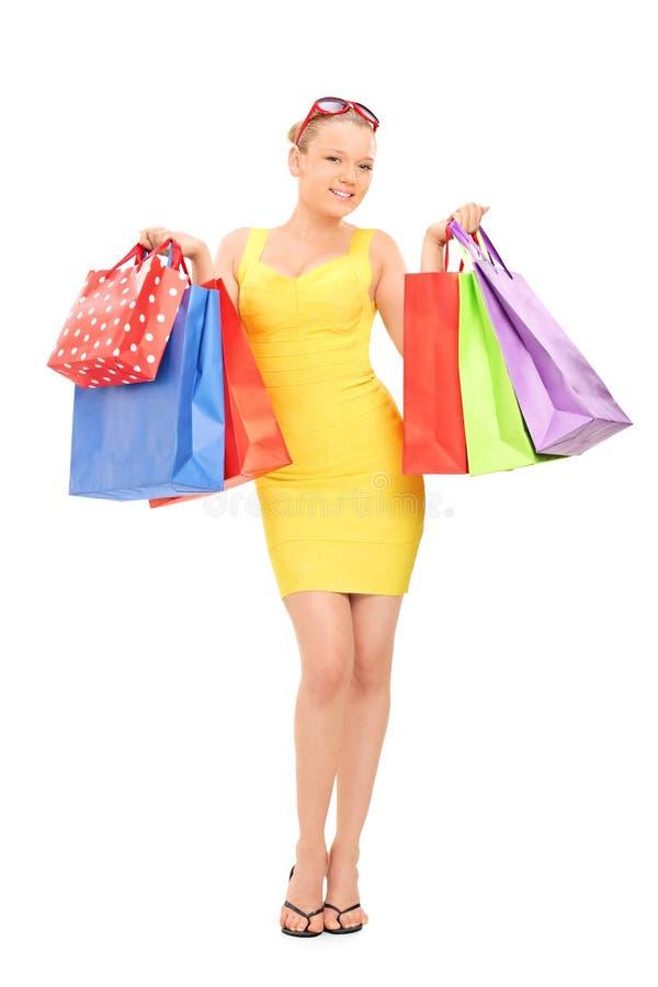 Kvinna som rymmer en grupp av shoppingpåsar royaltyfria foton