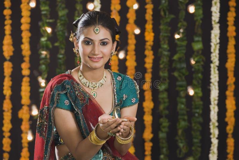 Kvinna som rymmer en olje- lampa på Diwali royaltyfri foto