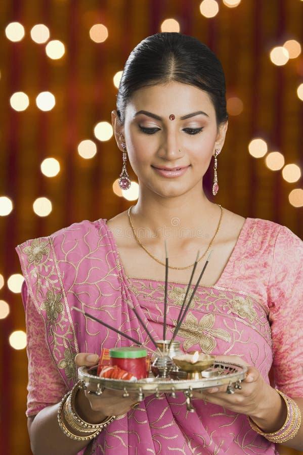 Kvinna som rymmer en pujathali på Diwali royaltyfri bild