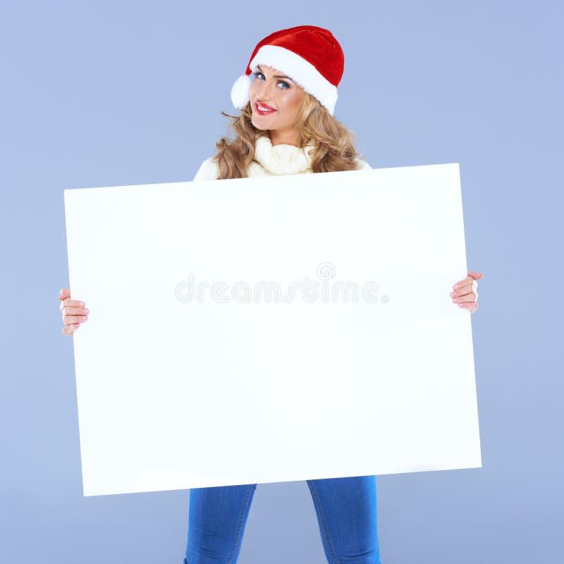 Kvinna som rymmer ett stort tomt tecken arkivfoton