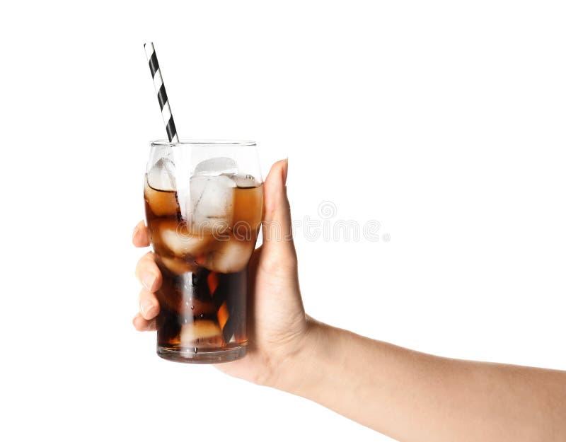 Kvinna som rymmer exponeringsglas av förnyande cola med is på vit bakgrund royaltyfria bilder