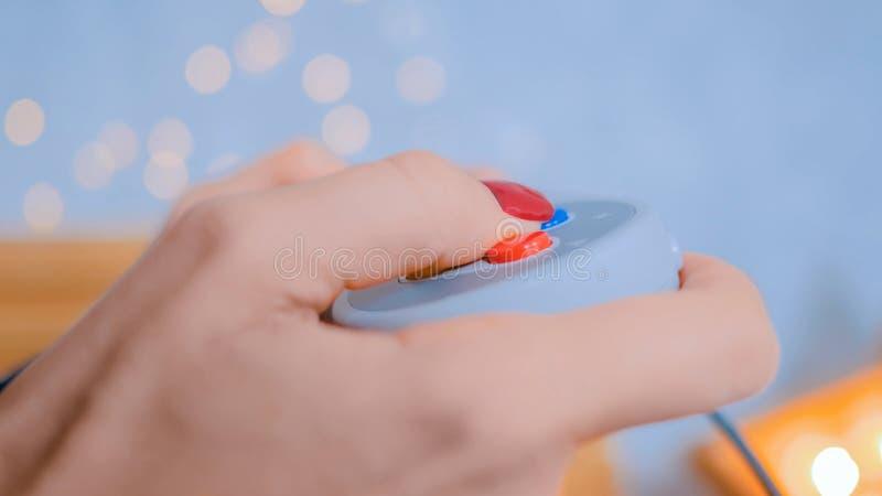 Kvinna som rymmer gamepad och hemma spelar videospel arkivbilder