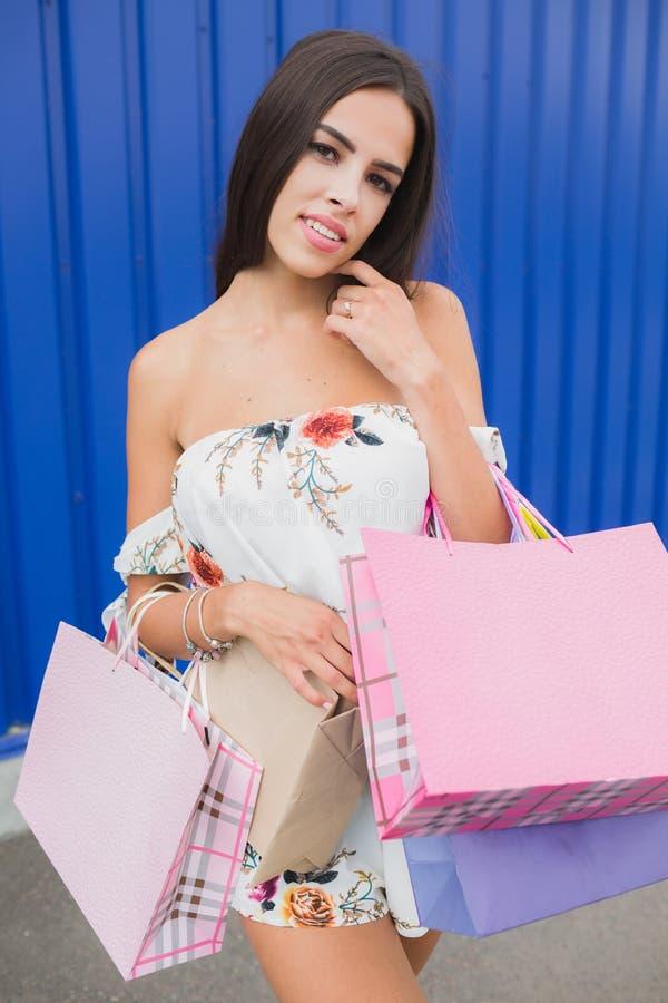 Kvinna som rymmer hennes shoppingpåsar, olika färger i henne hand - Låt ` s gå att shoppa i galleriabegreppet royaltyfri fotografi