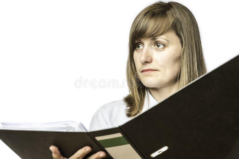 Kvinna som rymmer mappen för öppen mapp arkivfoto
