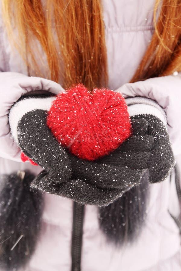 Kvinna som rymmer röd hjärta arkivbild