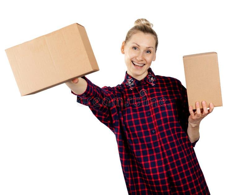 Kvinna som rymmer tomma kartonger i händer på vit bakgrund arkivfoton