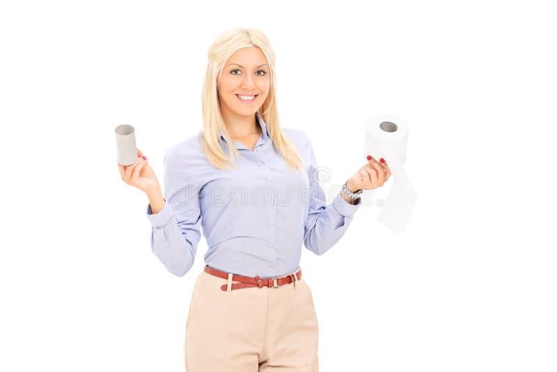 Kvinna som rymmer två rullar av toalettpapper arkivfoton