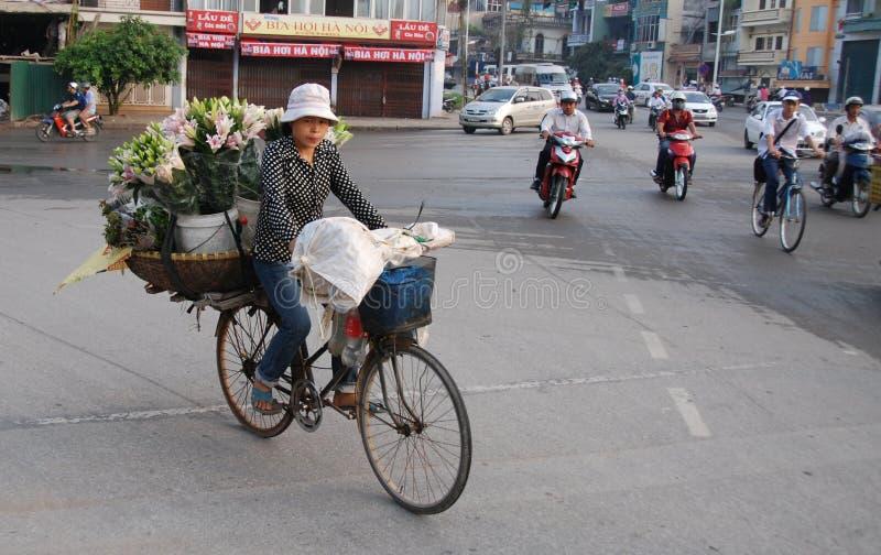 Kvinna som säljer blommor royaltyfria foton