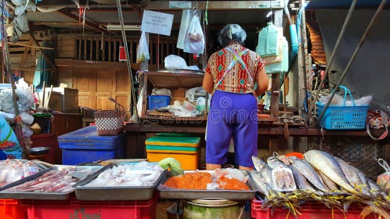 Kvinna som säljer fisken, Maklong marknad, Bangkok, Thailand arkivbild