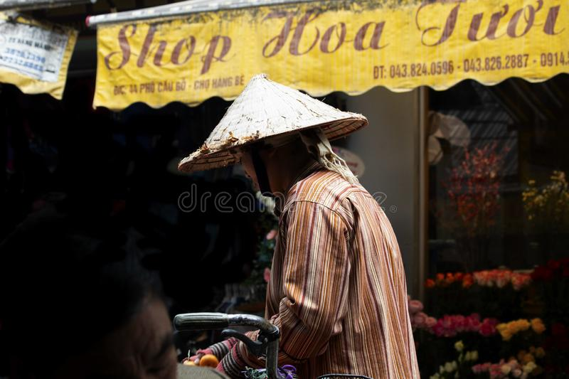 Kvinna som säljer frukt på den Hanoi gatan royaltyfria bilder