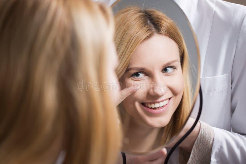 Kvinna som sätter i kontakten Lens arkivbild